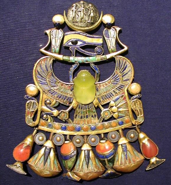La collana di Tutankamon - al centro lo scarabeo di pietra