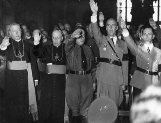 L'uomo al centro dei 5 è papa Ratzinger intento nel saluto nazista