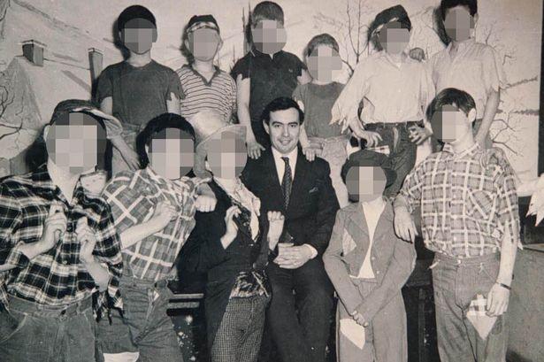 John Allen al centro circondato dai bambini del suo orfanotrofio