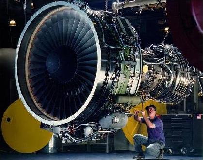 Motore di un Boing 757 che è più piccolo di quello di un Boing 767