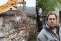Non poteva più pagare il mutuo di casa. La demolisce e le macerie le scarica davanti alla banca che gli aveva accordato il finanziamento.